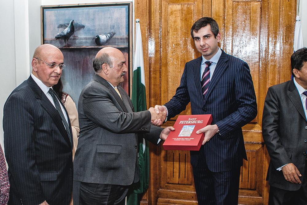 Его Высокопревосходительство Аламгир Башар Хан и Сергей Микаэлян обмениваются рукопожатиями.